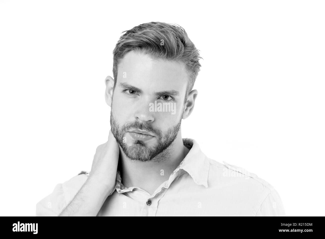 El dolor de cuello ocasiona síntomas y diagnóstico. Hombre serio toca fondo blanco en el cuello. Cómo dar un buen masaje en el cuello. ¿Por qué mi cuello herido. Al preocuparse por el dolor. Foto de stock