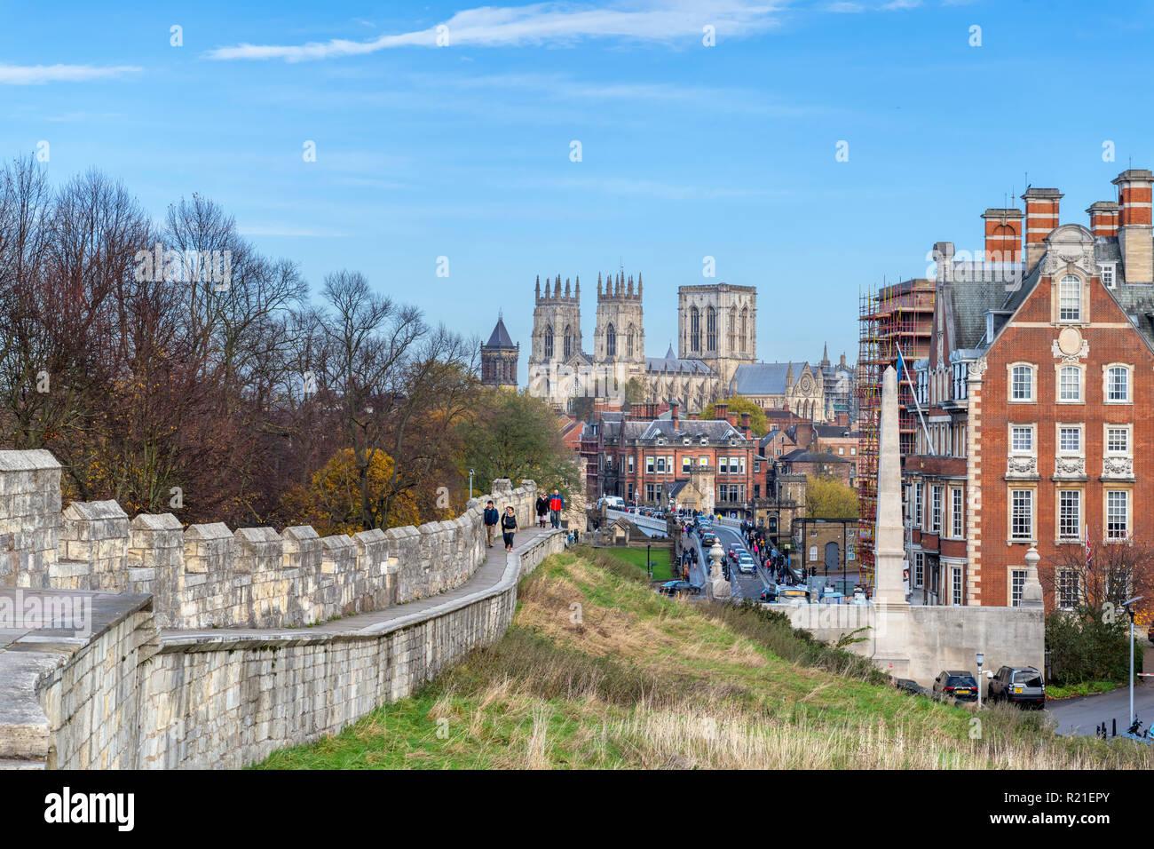 Vista a lo largo de las paredes hacia York York Minster (Catedral de York), York, North Yorkshire, Inglaterra Foto de stock
