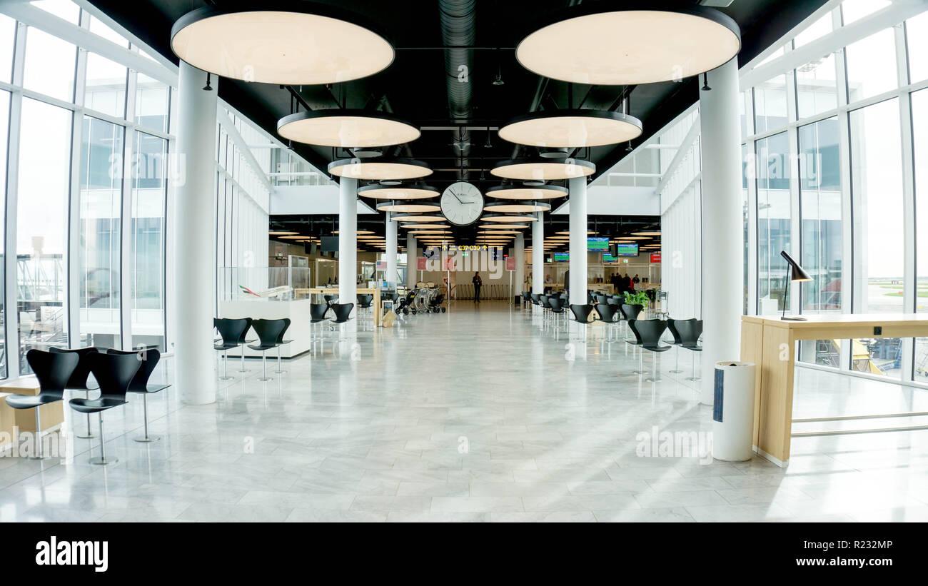 Copenhague, Dinamarca - 8 de octubre de 2018. Hermosa Emirates Airlines terminal del aeropuerto internacional. Amplio espacio con mucha luz y confortables espacios vacíos, moderna decoración minimalista Foto de stock