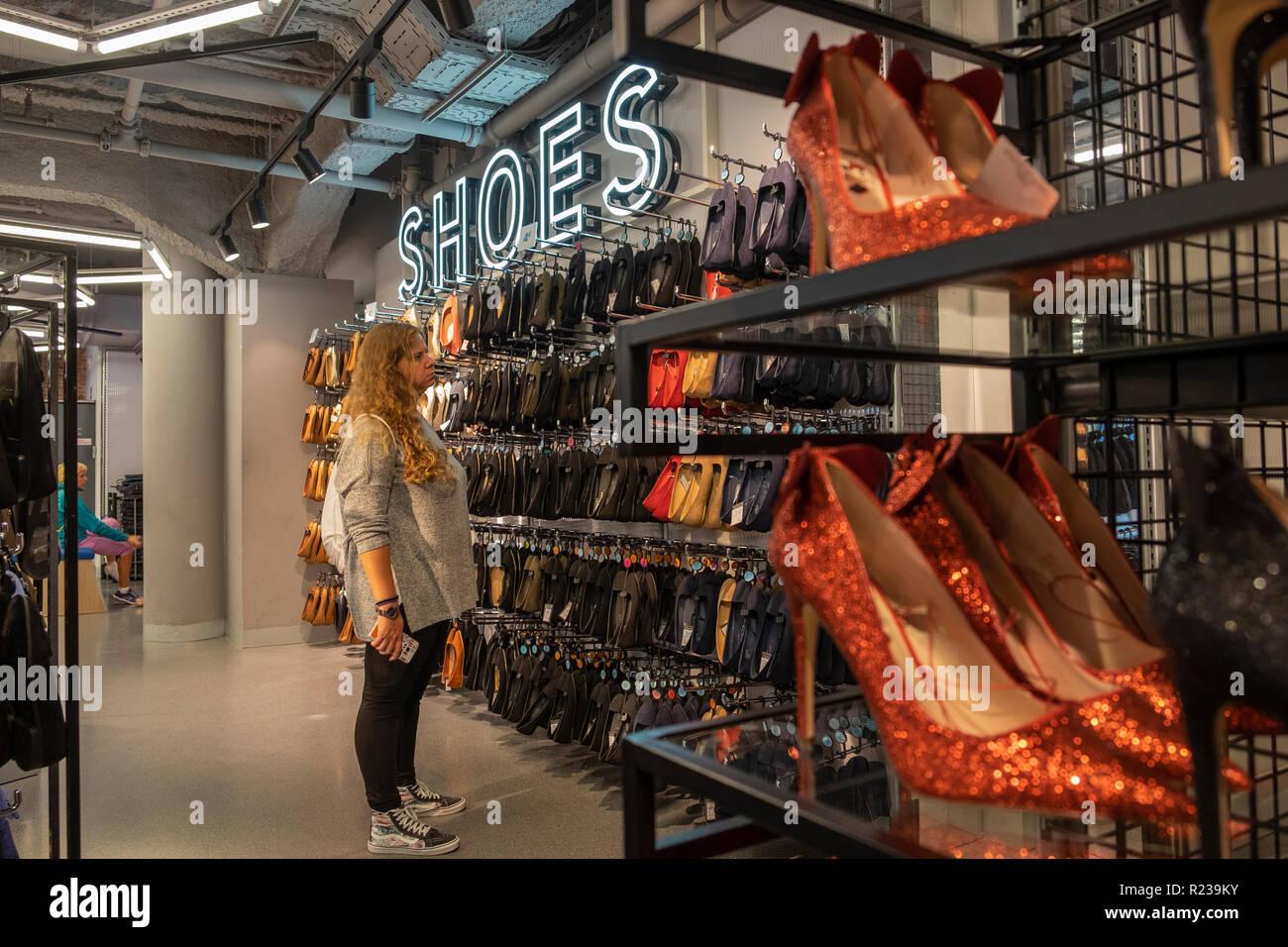 9b1c465aa25 Mujer mirando una pantalla de zapata en Primark tienda, Madrid, España  Imagen De Stock