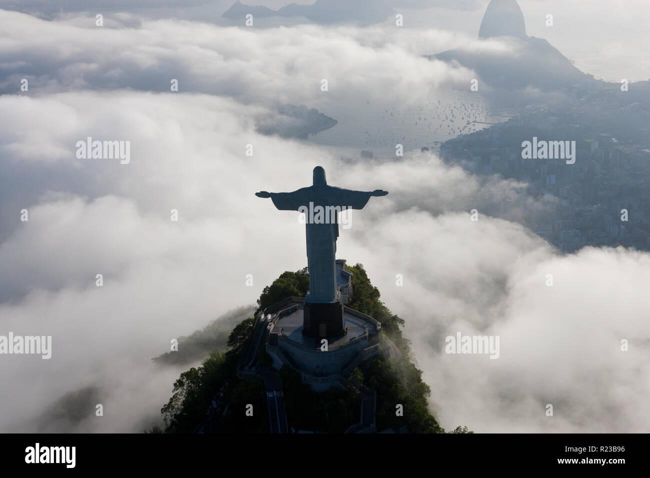 La gigantesca estatua Art Decó de Jesús, conocido como el Cristo Redentor (Cristo Redentor), en la montaña de Corcovado en Río de Janeiro, Brasil. Foto de stock