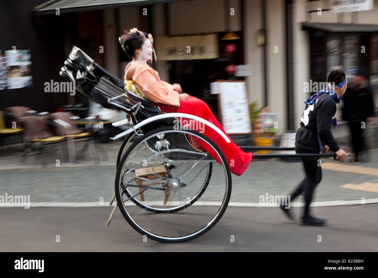 Kyoto, Japón - Enero 2011: Geishas viajando en un rickshaw, Kyoto, Japón Foto de stock