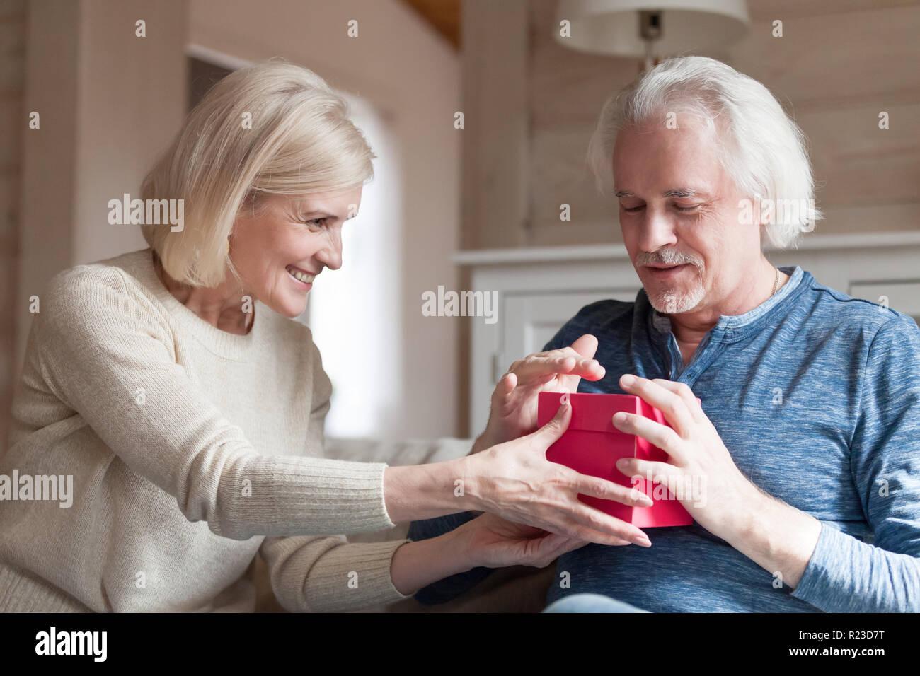 Ancianas Haciendo El Amor ancianos sonriente esposa haciendo sorpresa de cumpleaños