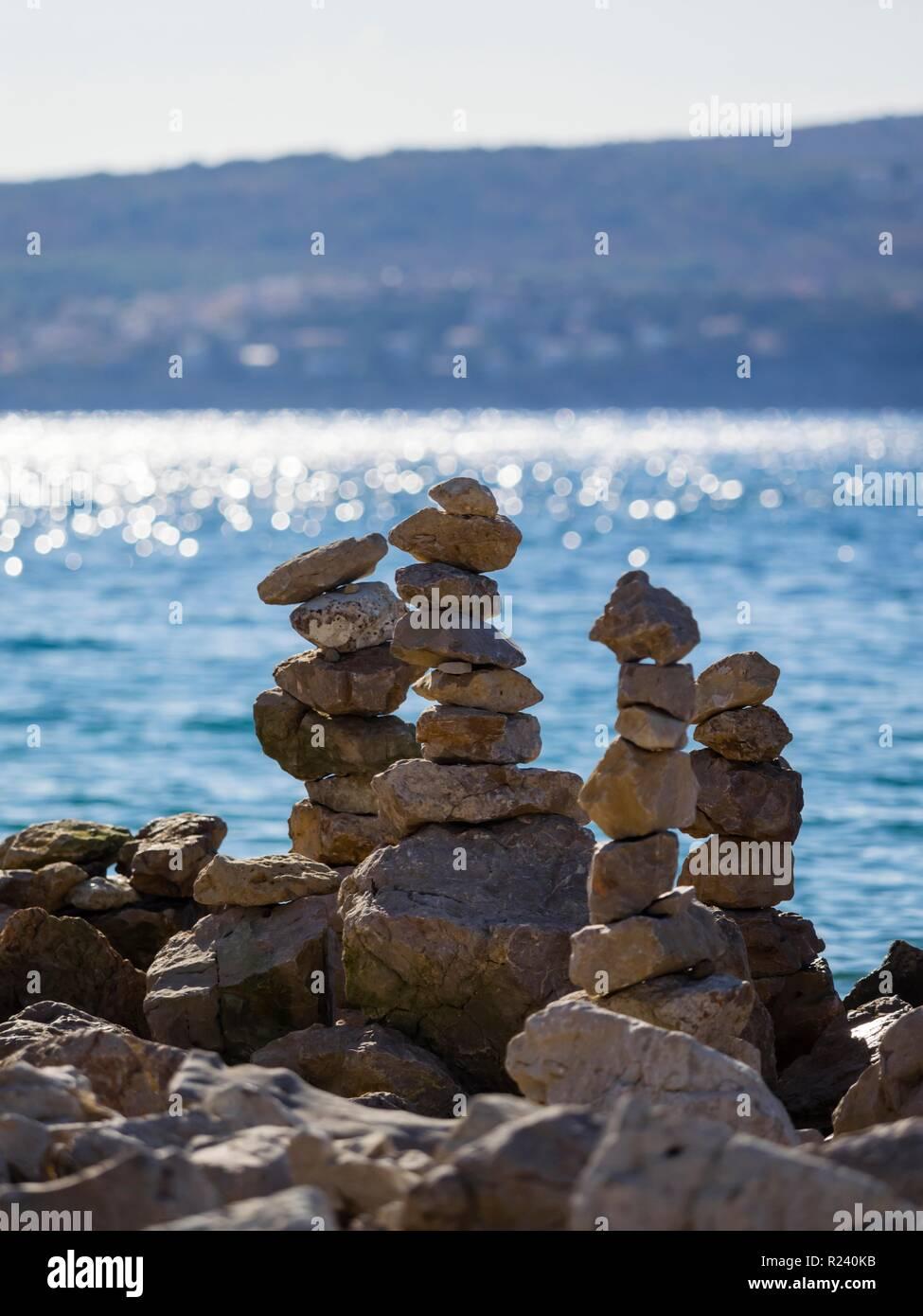 Pila de rocas en la playa contra la luz Foto de stock