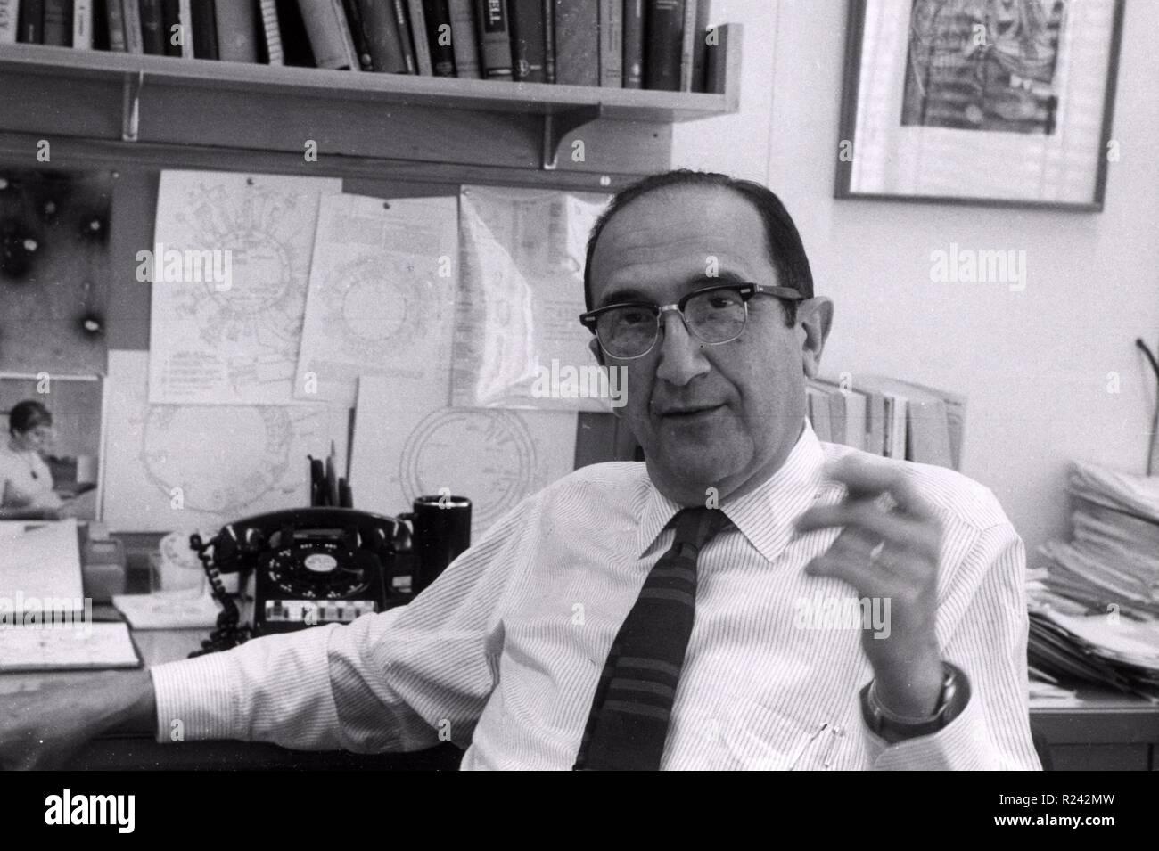 Salvador Luria en su oficina en el MIT de Boston de 1967. Salvador Edward Luria (1912 - 1991) genética italiana microbiólogo investigador y, más tarde, un ciudadano estadounidense naturalizado. Ganó el Premio Nobel de Fisiología o Medicina en 1969 Foto de stock