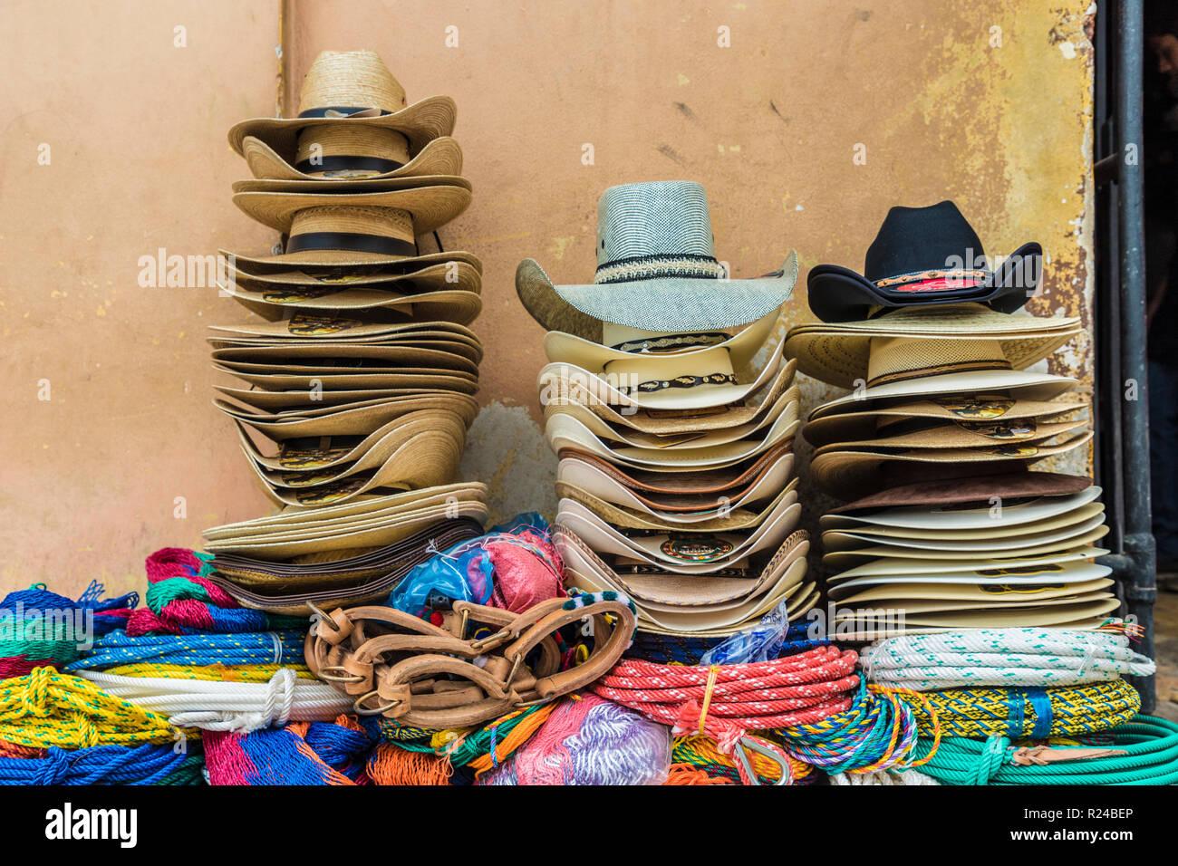 Sombreros vaqueros locales tradicionales para la venta en la ciudad de  Copan 48f31203506b