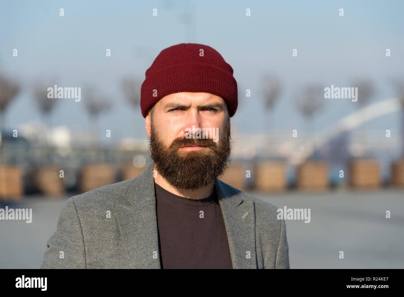 El hombre barbado hipster moda elegante abrigo y sombrero. Elegante traje  moderno sombrero luminoso accesorio. Hipster traje. Elegante ropa casual  para el ... b5acda4b929