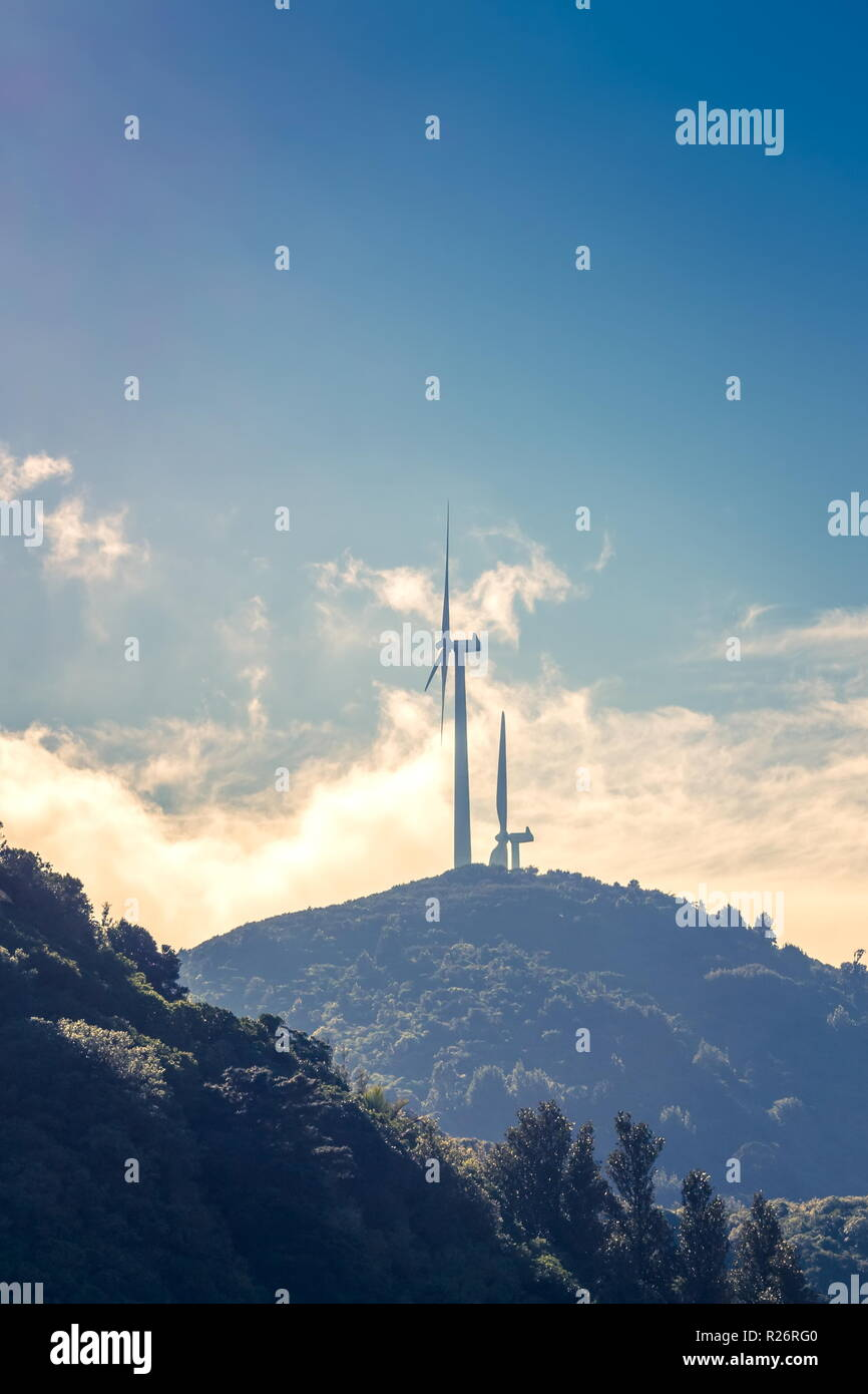 Dos turbinas eólicas generadoras de energía renovable en Nueva Zelandia. Imagen De Stock