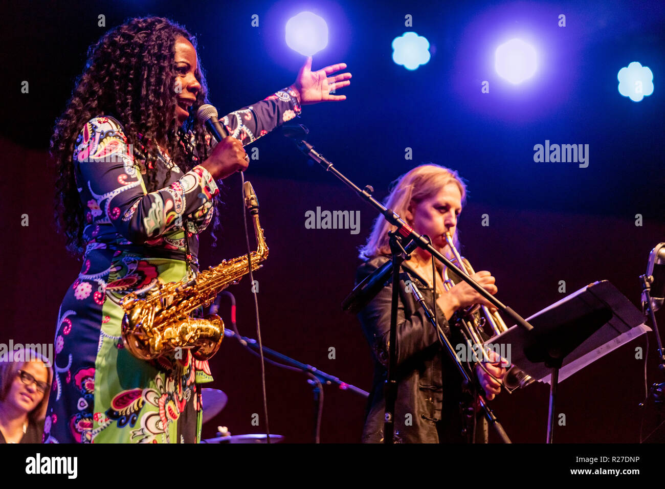 TIA FULLER realiza con Ingrid Jensen en el 61º Festival de Jazz de Monterey - Monterey, California Foto de stock