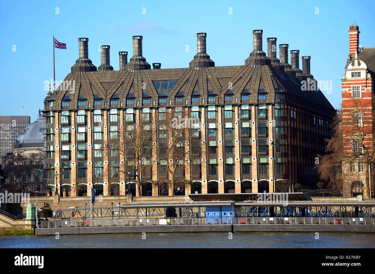 Londres, Reino Unido, 25 de febrero de 2018 Portcullis House en Westminster Bridge junto a las Casas del Parlamento. Proporciona oficinas para 213 miembros de parliame Foto de stock