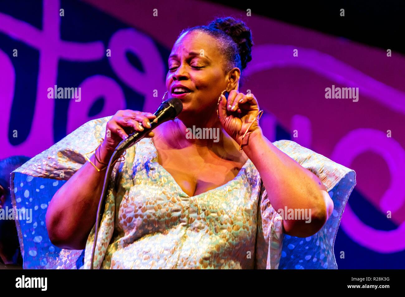 DIANNE REEVES realiza en el 61º Festival de Jazz de Monterey - Monterey, California Foto de stock