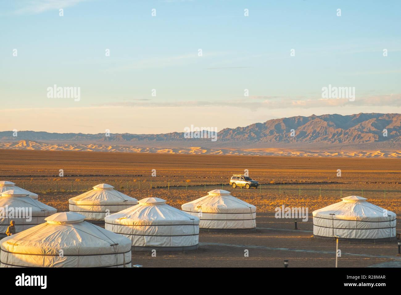 Por la mañana vista panorámica de las dunas de arena de Khongoryn Els un turista ger camp en el desierto de Gobi. Foto de stock