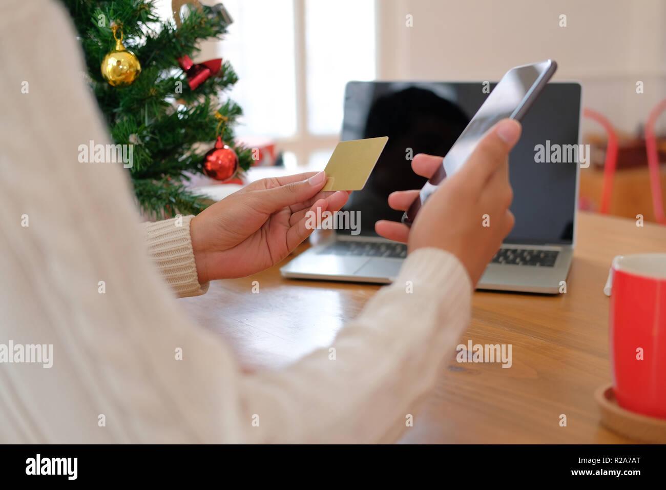 Hacer Felicitaciones De Navidad Por Internet.Hombre Con Tarjeta De Credito Y De Telefono Inteligente Para