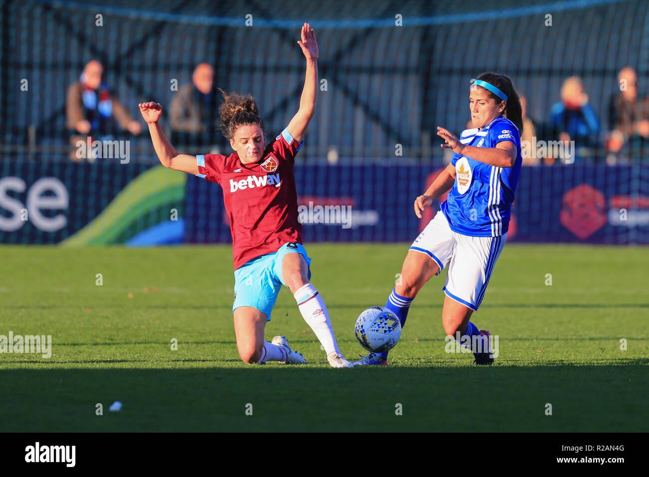 Birmingham, Reino Unido. 18 de noviembre, 2018. Birmingham City's Paige Williams compite por el balón con West Ham Tessal Middag. BCFC MUJER 3 - 0 West Ham Mujer Peter Lopeman/Alamy Live News Foto de stock