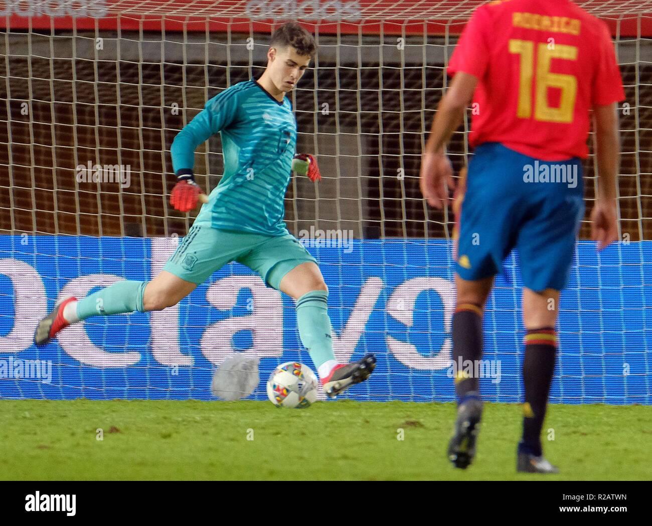 Portero de España Kepa Arrizabalaga (L) en acción durante un partido  amistoso de fútbol 511be85a888ce