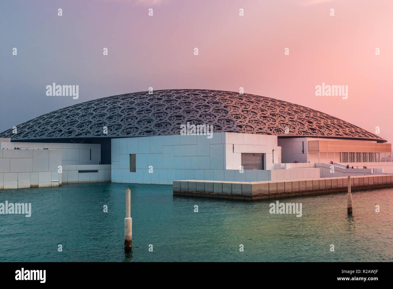 Abu Dhabi, Emiratos Árabes Unidos, Octubre 7, 2018: El Museo del Louvre Abu Dhabi en la luz del atardecer. Foto de stock