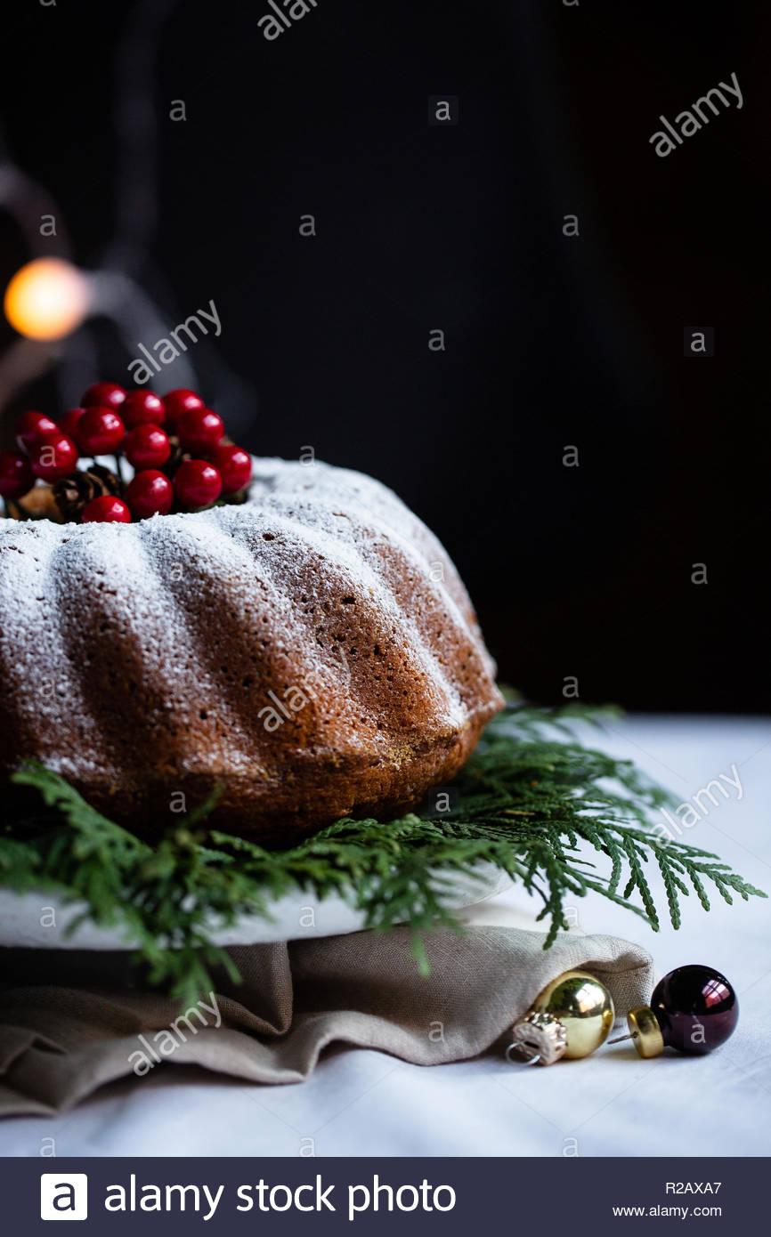 Hecho en casa tarta de navidad con chocolate y arándanos. Decorado con luces navideñas y bolas de Navidad. Casarse Navidad y feliz año nuevo. Imagen De Stock