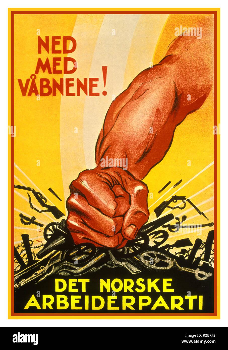 """Vintage 1930 cartel propagandístico noruego 'Down con armas"""" (NED MED VABNENE!) Det norske Arbeiderparti 'El Partido Laborista Noruego' Imagen De Stock"""