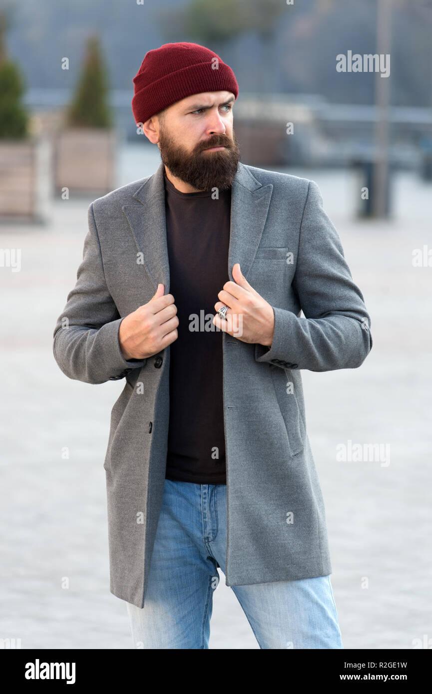 Elegante ropa casual para el otoño y el invierno. Ropa y concepto de moda  masculina. El hombre barbado hipster moda elegante abrigo y sombrero. c1a9a4dc8af