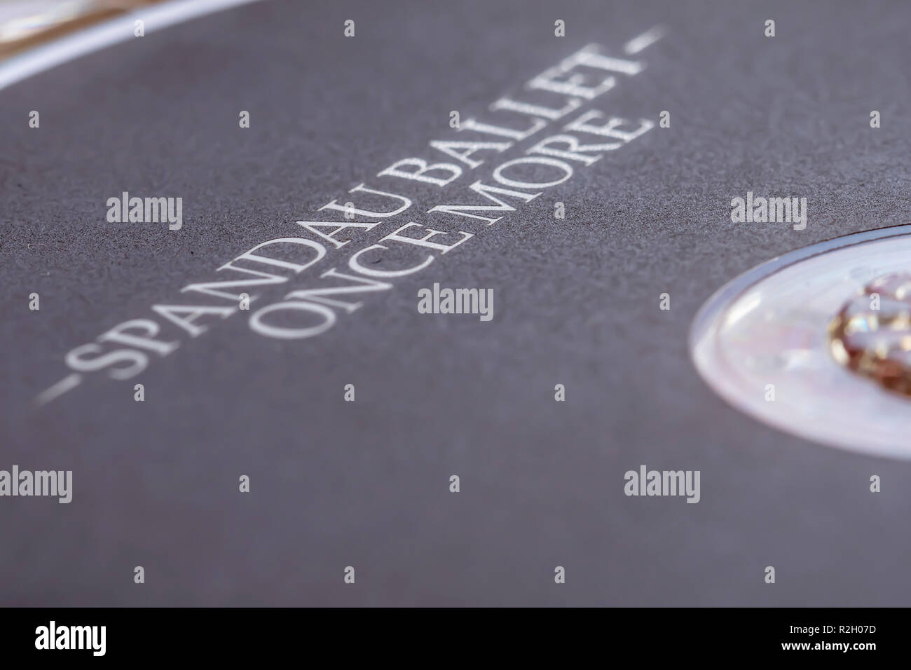 Primer plano de la parte superior de un CD (disco compacto), 'una vez más' de Spandau Ballet. Soporte de música disco compacto. Imagen De Stock
