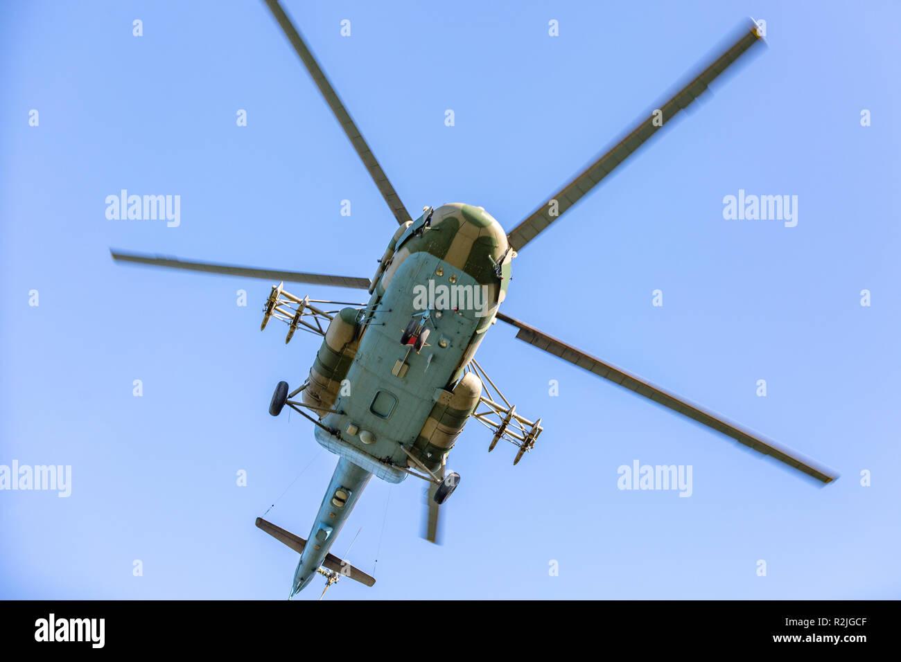 Helicóptero militar durante el ejercicio de realizar una demostración militar Foto de stock