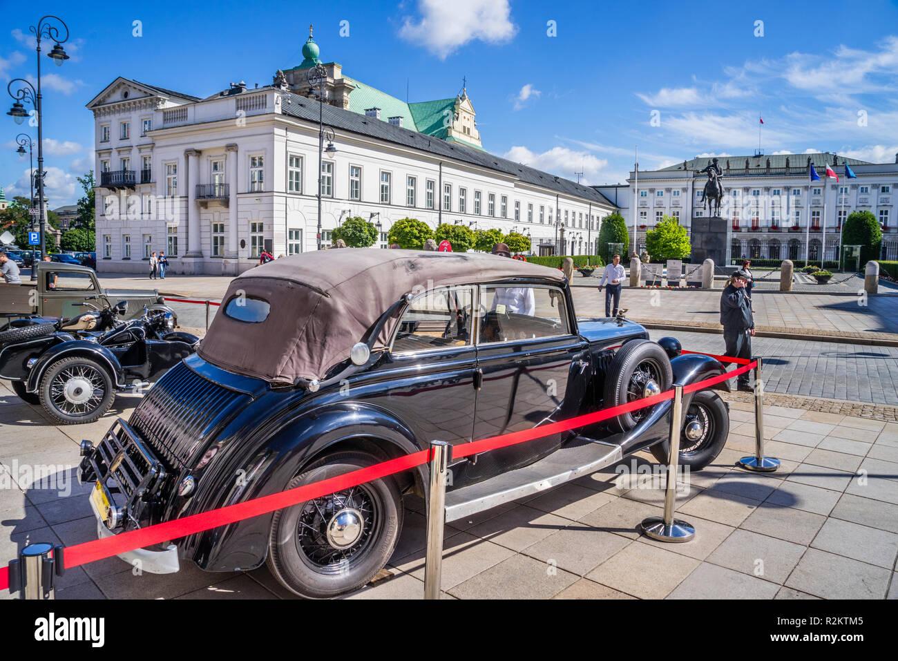 Calles de Varsovia '44 exposición histórica del período duing parafernalia de la Insurrección de Varsovia, los vehículos históricos en el Palacio Potocki enfrente del P Imagen De Stock