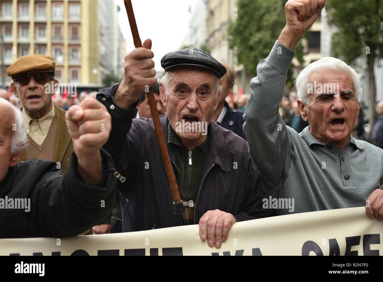 Atenas, Grecia. 20 Nov 2018. Los pensionistas celebrar protestas masivas en contra de los recortes en las pensiones y prestaciones en Atenas, Grecia. Crédito: Nicolas Koutsokostas/Alamy Live News. Imagen De Stock