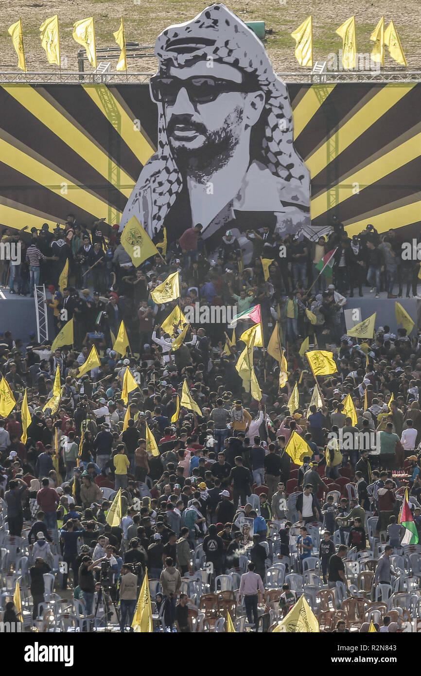 Gaza, Territorios Palestinos. 20 Nov, 2018. Los partidarios de Al Fatah palestino tomar parte en una manifestación para conmemorar el 14º aniversario de la muerte del difunto líder palestino Yasser Arafat. Crédito: Mohammed Talatene/dpa/Alamy Live News Imagen De Stock