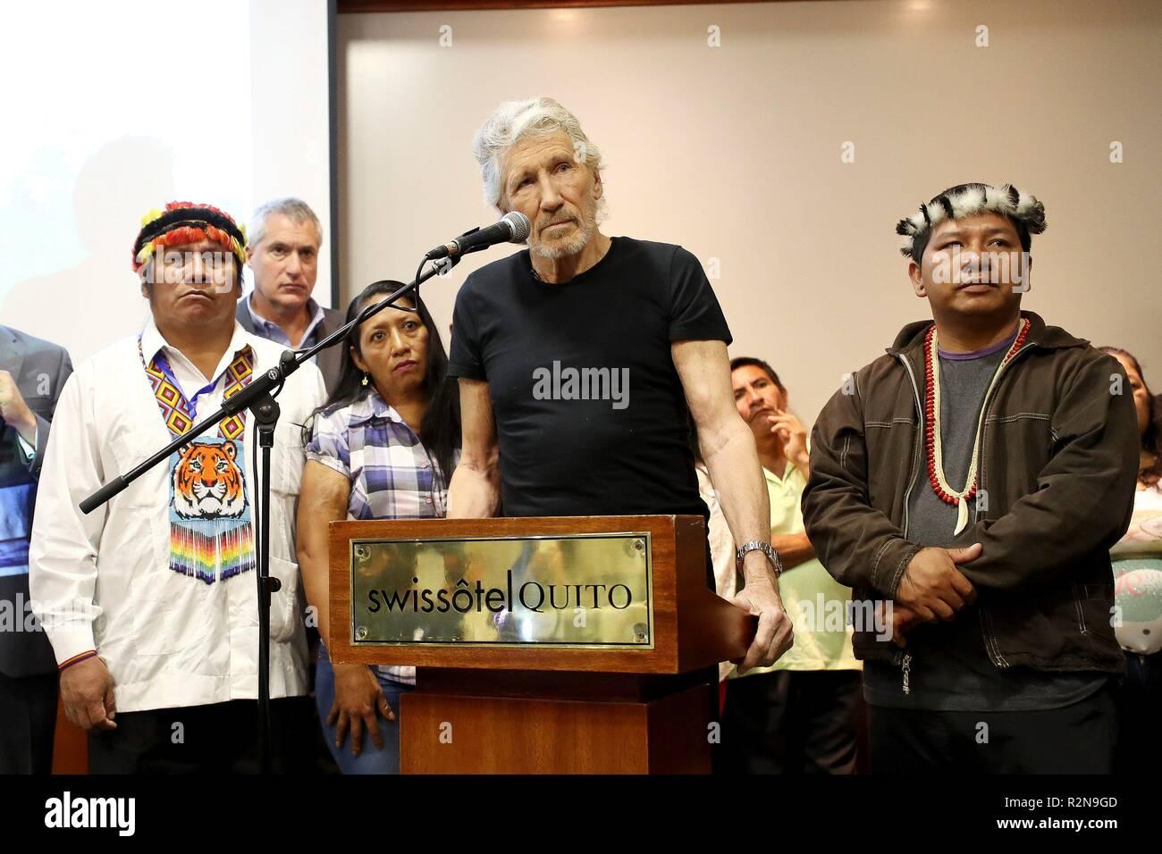 """Quito, Ecuador. 20 Nov, 2018. Músico británico Roger Waters (C) ofrece una conferencia de prensa a lo largo de los nativos amazónicos afectados por Chevron-Texaco, en Quito, Ecuador, 20 de noviembre de 2018. Aguas instó el Presidente ecuatoriano Lenin Moreno para continuar """"proteger"""" el fundador de Wikileaks Julian Assange, ya que, de lo contrario, """"los Estados Unidos de América, el Reino Unido y otros países del imperio del mal"""" lo matará. Crédito: José Jácome/EFE/Alamy Live News Imagen De Stock"""