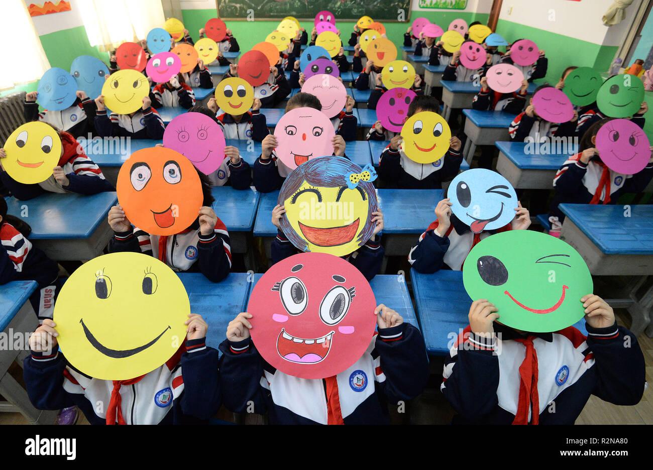 Handan, China. 20 Nov, 2018. Los jóvenes estudiantes dibujar cuadros de rostros sonrientes en una escuela primaria en Handan, en el norte de la provincia de Hebei, China, marcando el mundo hola día. El mundo hola día comenzó en respuesta al conflicto entre Egipto e Israel, en el otoño de 1973. Desde entonces, el mundo hola día ha sido observada por personas en 180 países. Crédito: SIPA Asia/Zuma alambre/Alamy Live News Imagen De Stock