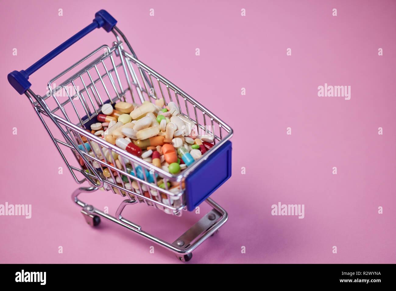 Comprar medicamentos en línea con el concepto de la medicina en un carrito de la compra Foto de stock