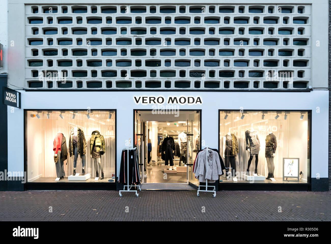 Vero Moda sucursal en Sneek, Holanda. Vero Moda es una marca de best-seller A/S es una empresa privada propiedad de la familia Clothing Company con sede en Dinamarca. Imagen De Stock