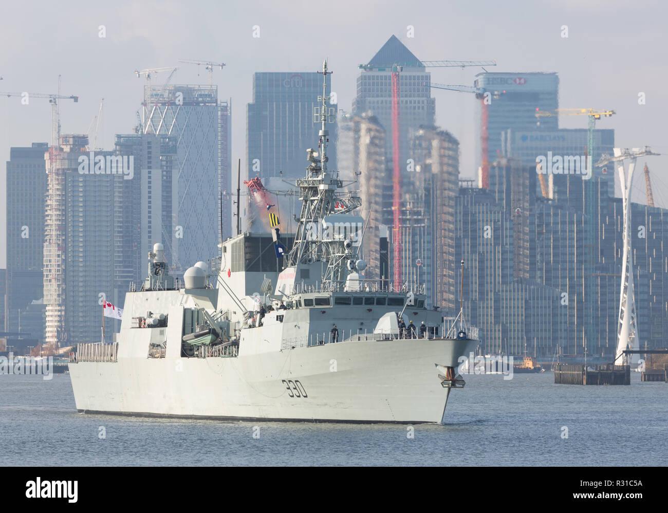 Greenwich, Londres, Reino Unido. 21 de noviembre de 2018. 134 metros de largo cada una fragata canadiense HMCS Halifax visto navegando por el Támesis hoy, después de casi una semana de visita a la capital. Rob Powell/Alamy Live News Imagen De Stock