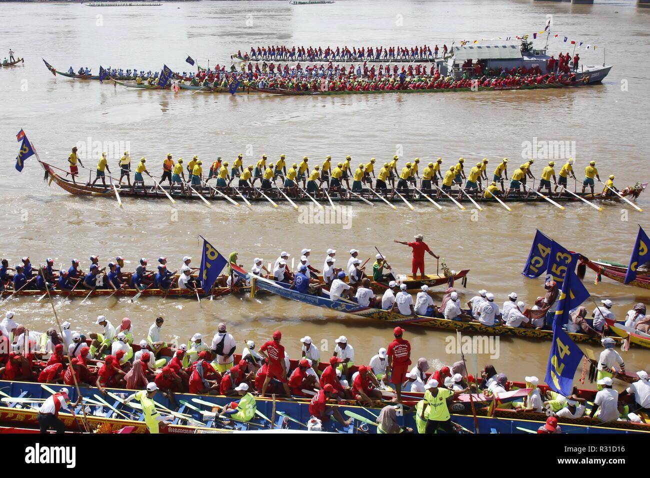 Phnom Penh. 21 Nov, 2018. Lanchas de carreras toman parte en el Festival del Agua en el río Tonle Sap, en Phnom Penh, Camboya el 21 de noviembre de 2018. Camboya empezó a celebrar el Festival de agua de tres días aquí el miércoles con las razas de barco atrae a decenas de miles de espectadores de todo el reino. Crédito: Sovannara/Xinhua/Alamy Live News Imagen De Stock