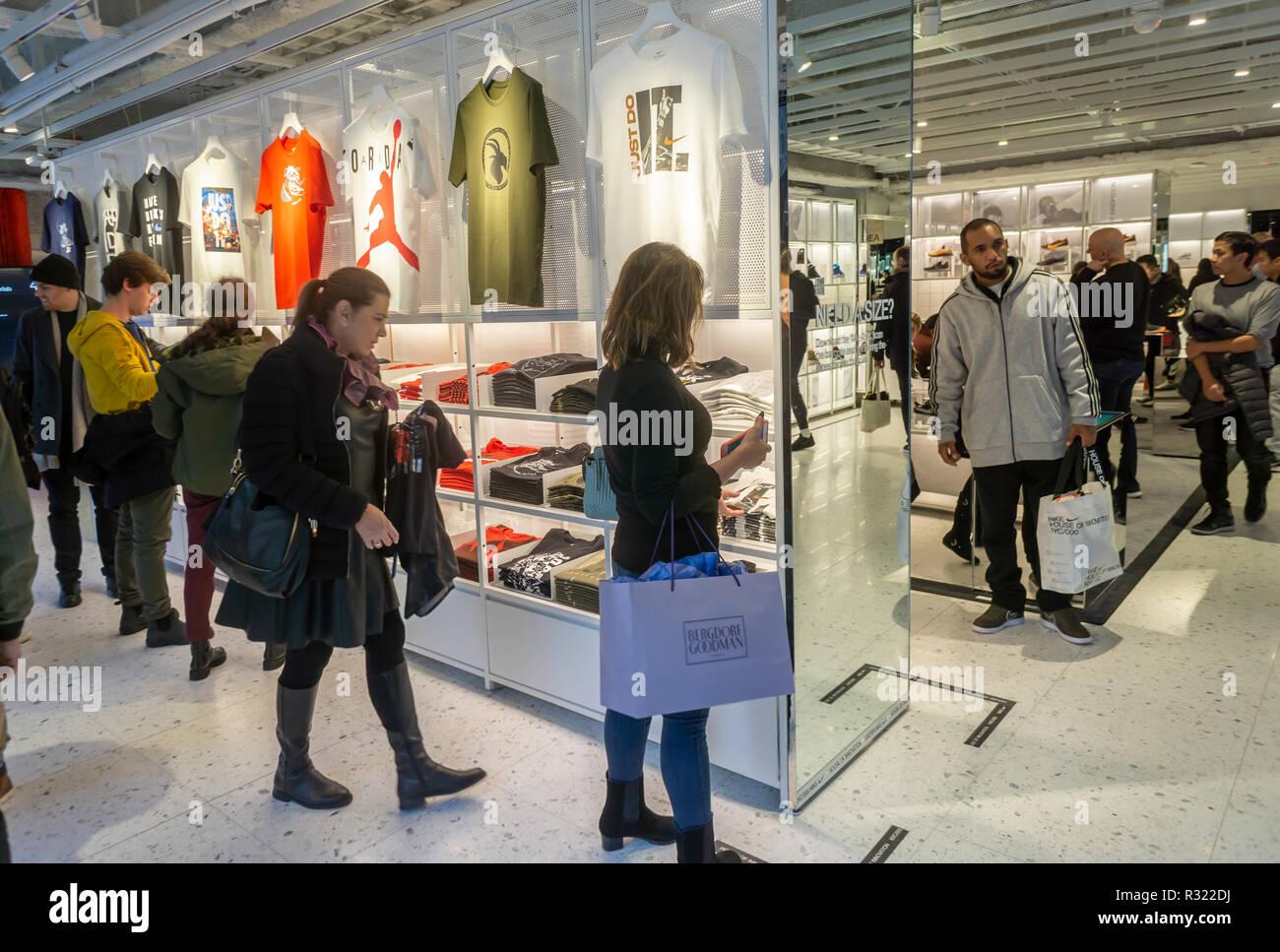Los compradores y visitantes acuden a la recién inaugurada tienda insignia  de Nike en la Quinta 7f3b19ffde8e4