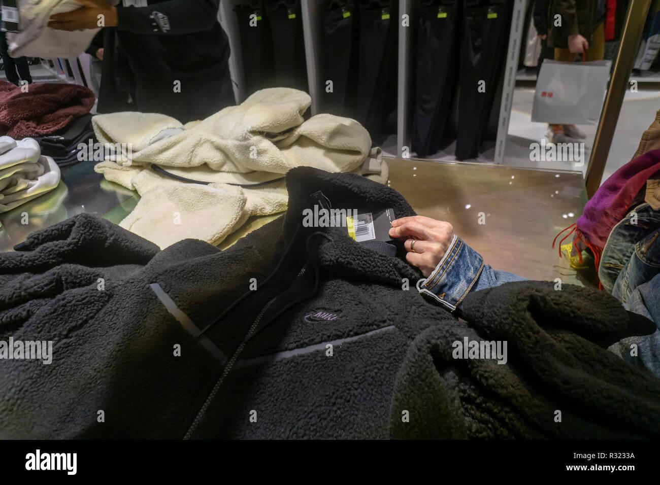 Un precio comprador comprueba la mercancía en la recién inaugurada tienda  insignia de Nike en la 2b0c1f7cfd519