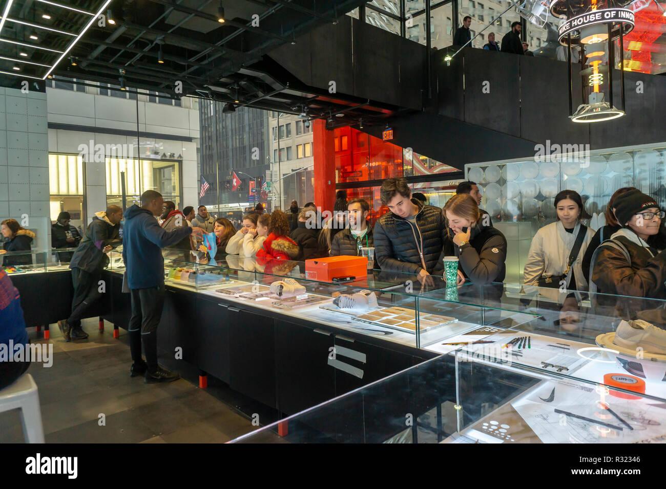 Las opciones de personalización son discutidas en el contador en el recién  inaugurado Nike flagship store f6ea1ec38f6cf