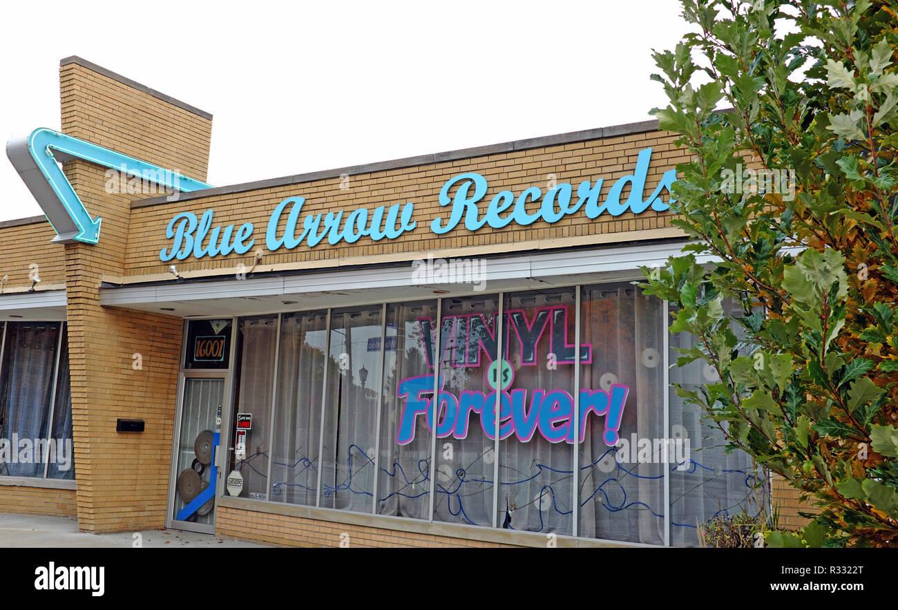 Flecha azul registros independientes, una tienda especializada en discos de vinilo y objetos de época, tiene una clara escaparate de mediados de siglo en Cleveland, Ohio, EE.UU. Imagen De Stock