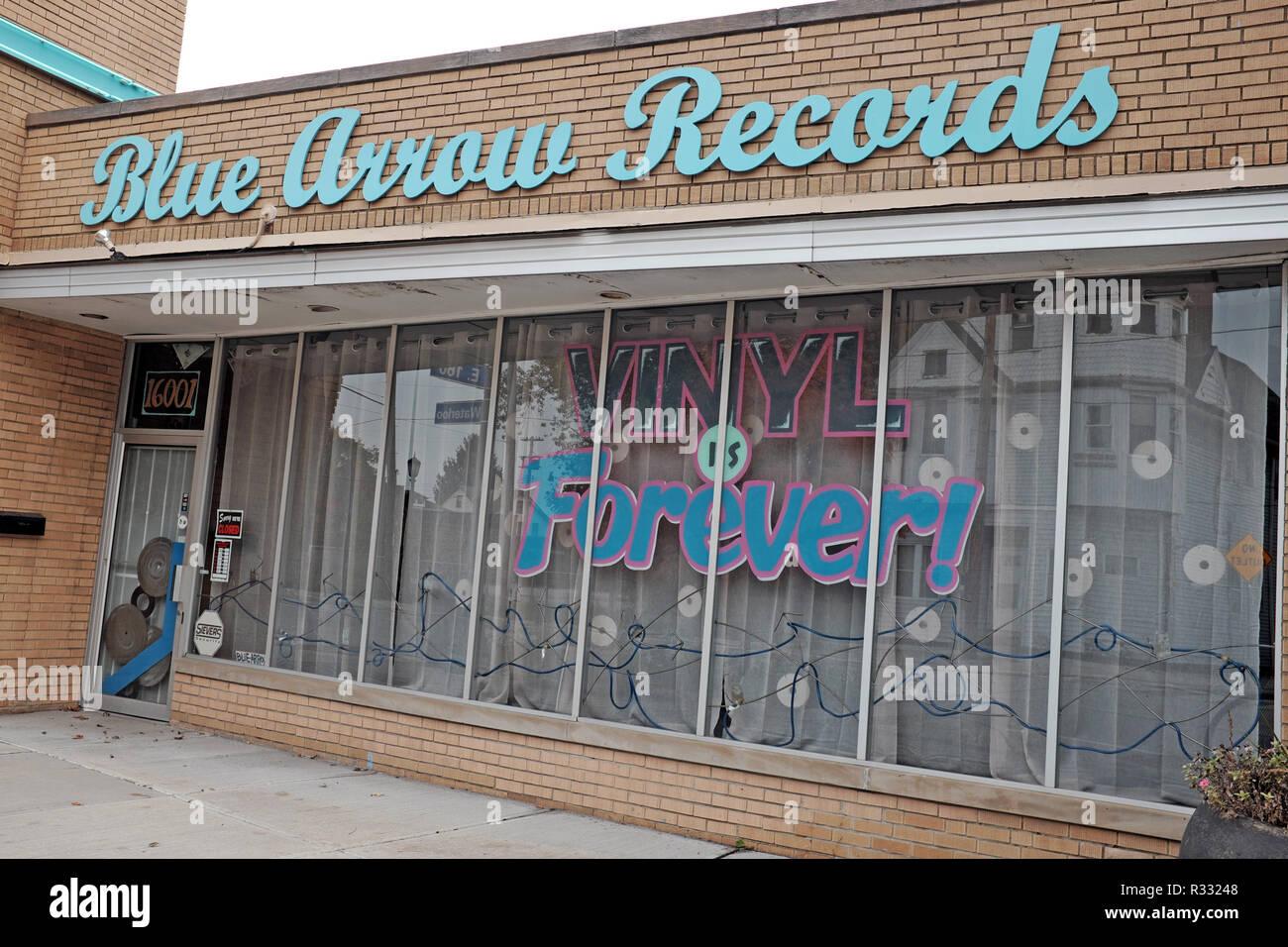 Flecha azul registros en la Waterloo artes y entretenimiento en Cleveland, Ohio, EE.UU. es una tienda de vinilo retro. Imagen De Stock