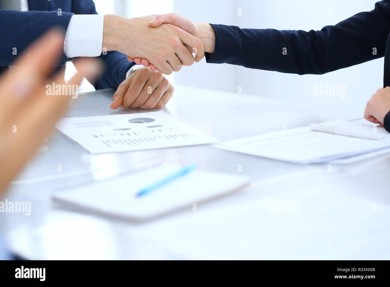 Grupo de empresarios o abogados, un apretón de manos, terminando una reunión , cerca. El éxito en la negociación y conceptos de handshake Foto de stock