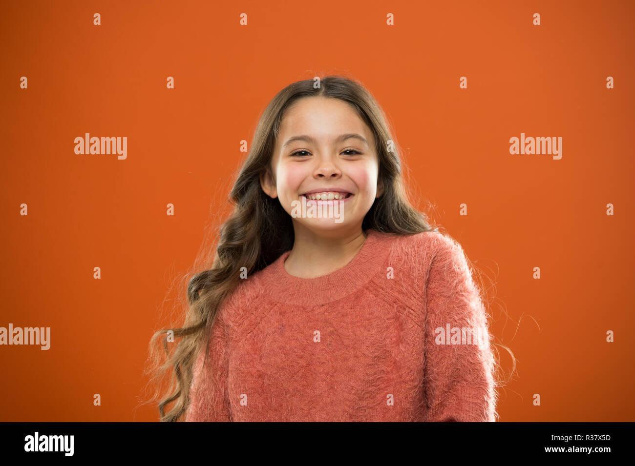 ¿Cuál es la diferencia entre el falso y sincera sonrisa. Chica lindo hijo feliz cara sonriente. Lo que la ciencia tiene que decir sobre la verdadera y falsa sonrisa. Cabello largo niño feliz sonriendo. Infancia feliz concepto. Imagen De Stock
