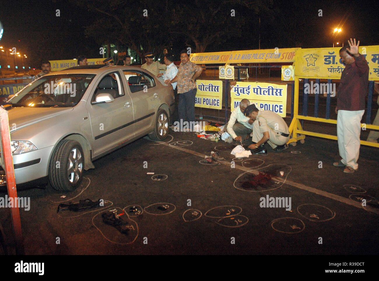 Marcas de bala en la carretera fuera del Hotel Taj Mahal en ataque terrorista por Deccan Muyahidín terroristas en Mumbai, India, el 27/11/2008. Los terroristas mataron a 100 personas y más de 200 heridos en una serie de ataques coordinados a través de la India?s del centro financiero de Mumbai como pistoleros fuertemente armados en grupos de dos a cuatro abrieron fuego con armas automáticas y granadas lobbed en 10 lugares en el sur de Mumbai, incluidos los cinco estrellas hoteles Taj y Trident, la ciudad?s terminal principal de trenes, un hospital, una cafetería, un pub y una sala de cine. Foto: Dinodia (c) dpa - Report | uso en todo el mundo Foto de stock