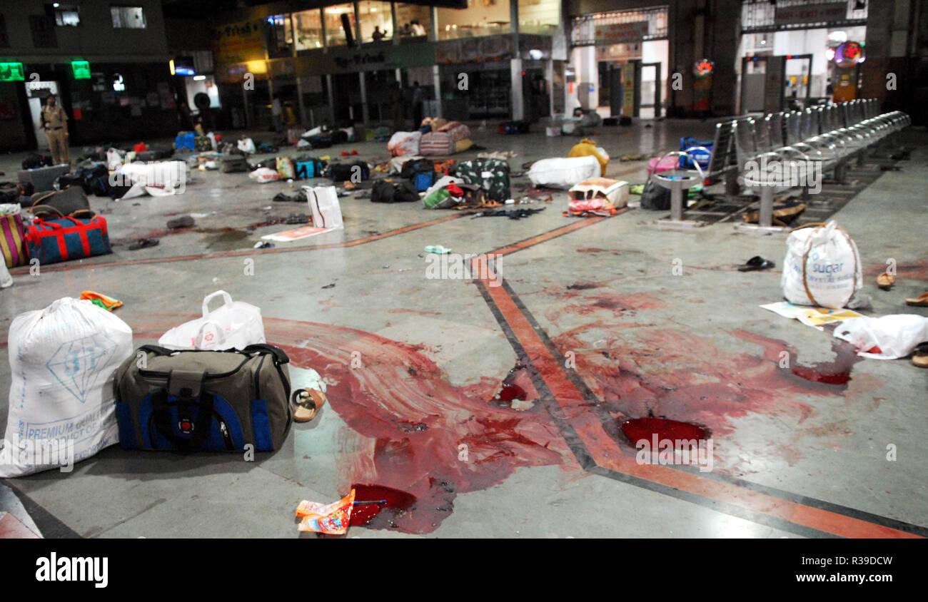 Consigna para equipaje y las manchas de sangre de ataque terrorista por Deccan Muyahidín terroristas en Mumbai, India, la estación del CCT 27/11/2008. Los terroristas mataron a 100 personas y más de 200 heridos en una serie de ataques coordinados a través de la India?s del centro financiero de Mumbai como pistoleros fuertemente armados en grupos de dos a cuatro abrieron fuego con armas automáticas y granadas lobbed en 10 lugares en el sur de Mumbai, incluidos los cinco estrellas hoteles Taj y Trident, la ciudad?s terminal principal de trenes, un hospital, una cafetería, un pub y una sala de cine. Foto: Dinodia (c) dpa - Report   uso en todo el mundo Foto de stock