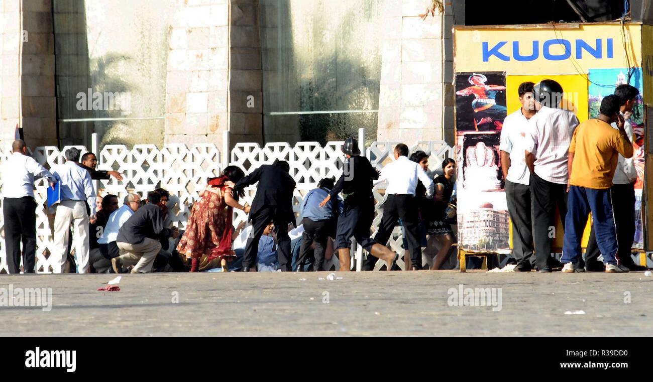 Los huéspedes rescatados teniendo cubierta de ataque terrorista por Deccan Muyahidín terroristas en el Hotel Taj Mahal cerca Gaitway de India, Mumbai, India, el 27/11/2008. Los terroristas mataron a 100 personas y más de 200 heridos en una serie de ataques coordinados a través de la India?s del centro financiero de Mumbai como pistoleros fuertemente armados en grupos de dos a cuatro abrieron fuego con armas automáticas y granadas lobbed en 10 lugares en el sur de Mumbai, incluidos los cinco estrellas hoteles Taj y Trident, la ciudad?s terminal principal de trenes, un hospital, una cafetería, un pub y una sala de cine. Foto: Dinodia (c) dpa - Report   uso en todo el mundo Foto de stock