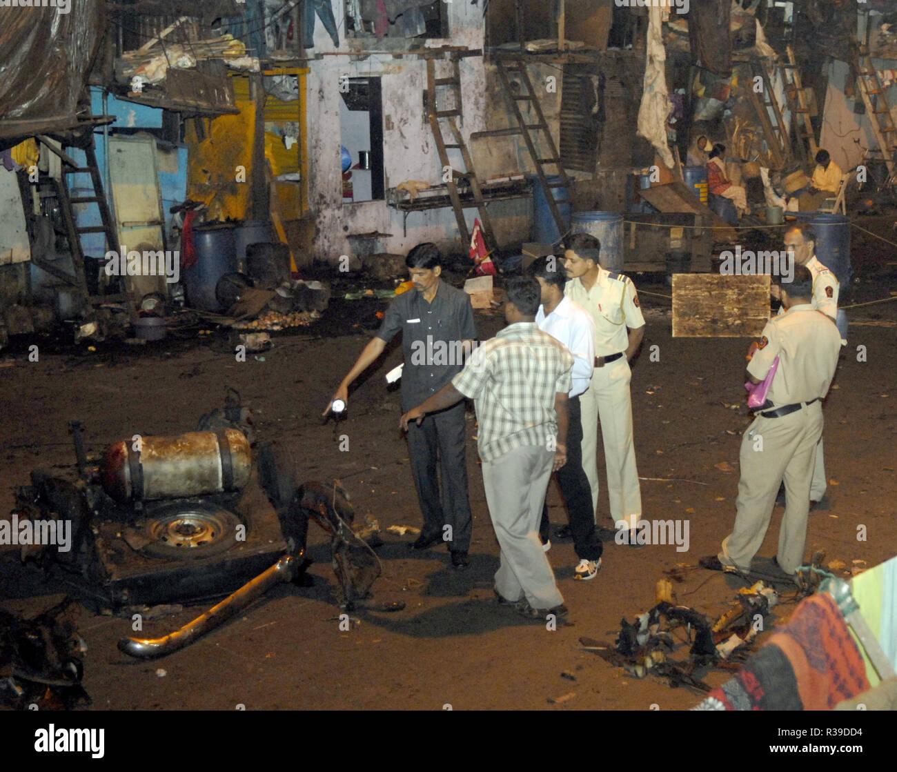 Explosión en un taxi en Bombay Port Sociedad Fiduciaria cerca Mazgaon Deccan Muyahidín, cuando los terroristas atacaron Mumbai India el 27/11/2008. Los terroristas mataron a 100 personas y más de 200 heridos en una serie de ataques coordinados a través de la India?s del centro financiero de Mumbai como pistoleros fuertemente armados en grupos de dos a cuatro abrieron fuego con armas automáticas y granadas lobbed en 10 lugares en el sur de Mumbai, incluidos los cinco estrellas hoteles Taj y Trident, la ciudad?s terminal principal de trenes, un hospital, una cafetería, un pub y una sala de cine. Foto: Dinodia (c) dpa - Report   uso en todo el mundo Foto de stock