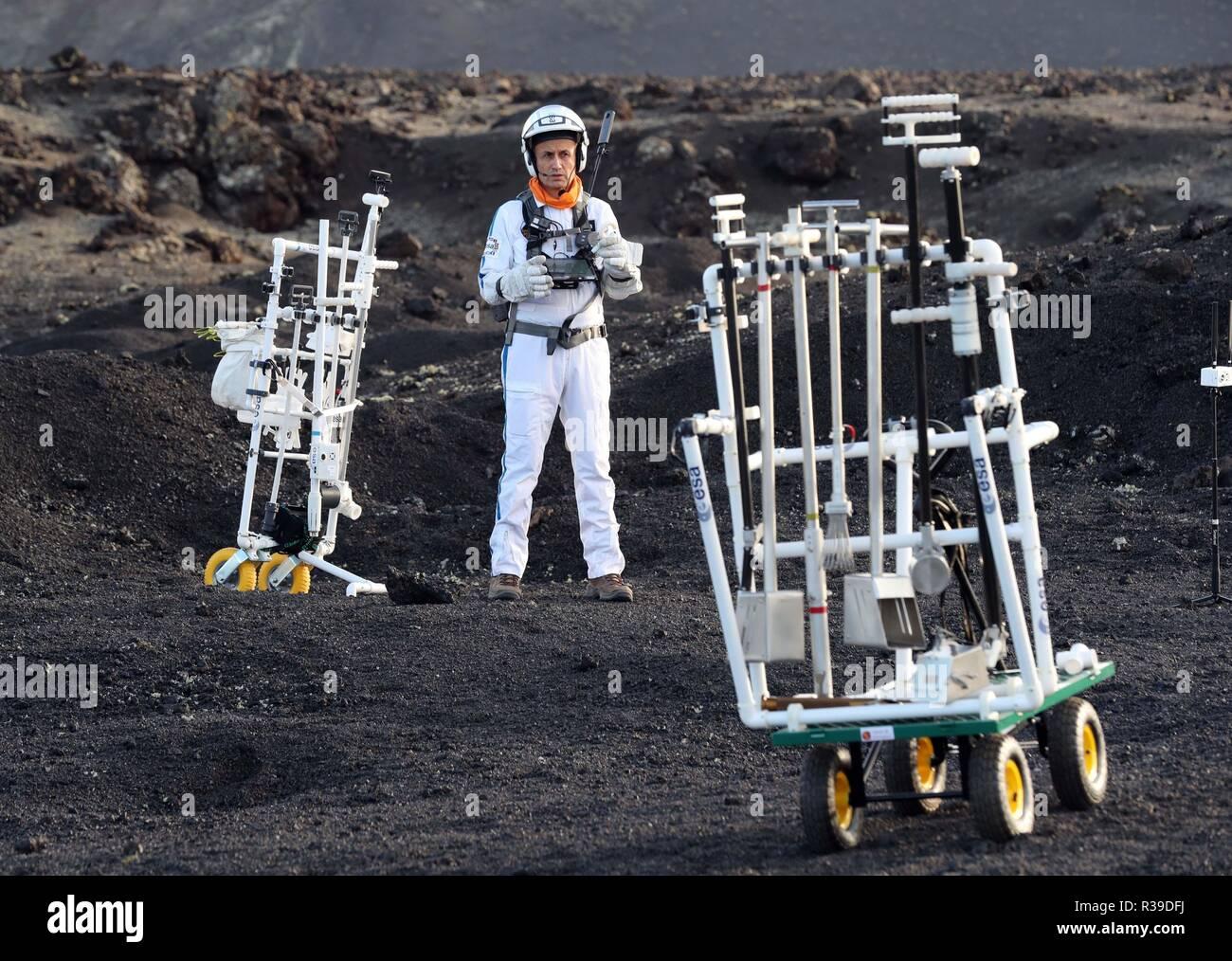 Lanzarote, Islas Canarias, España. El 22 de noviembre, 2018. El astronauta francés Herve Stevenin toma parte en el espacio pruebas en Lanzarote, Islas Canarias, España, 22 de noviembre de 2018. La Agencia Espacial Europea (ESA) realiza pruebas con robots y otros equipos en el espacio Tinguaton volcán en isla de Lanzarote para ver cómo la parafernalia que los astronautas estarán utilizando en diez años podría comportarse durante una misión lunar. Crédito: Agencia de Noticias EFE/Alamy Live News Imagen De Stock