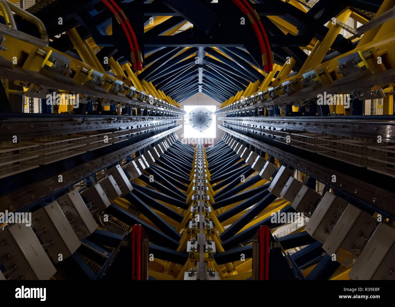 Hannover, Alemania. 22 Nov, 2018. Se ha instalado una nueva góndola en el ascensor de Einstein en el Instituto de Tecnología de Hannover (HITec) de Leibniz Universität Hannover. En la torre de caída de 40 metros de altura, se pueden llevar a cabo experimentos en la Tierra, en condiciones de ingravidez. Para los experimentos, una góndola es disparado hacia arriba en la torre y cayó de manera controlada. Durante el vuelo, la prueba de la cápsula se disuelve en el interior de la góndola y alcanza un estado de ingravidez durante unos cuatro segundos. Crédito: Julian Stratenschulte/dpa/Alamy Live News Imagen De Stock