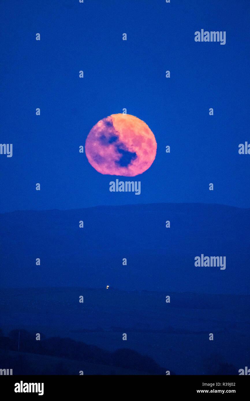 Aberystwyth, Gales, Reino Unido. El 22 de noviembre de 2018. La luna llena, conocido este mes como el castor, la luna se eleva sobre las colinas fuera de Aberystwyth, Gales, en una helada noche de noviembre el crédito de la foto: Keith Morris / Alamy Live News Imagen De Stock