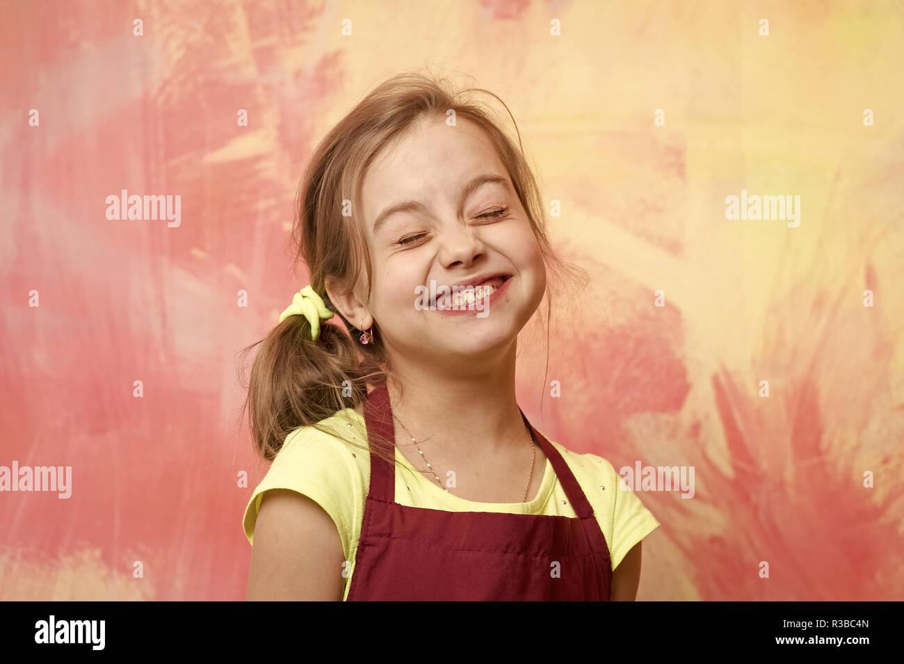 Chef niño con cara feliz. La pequeña niña sobre fondo de colores. La  infancia bc2b7f18314d