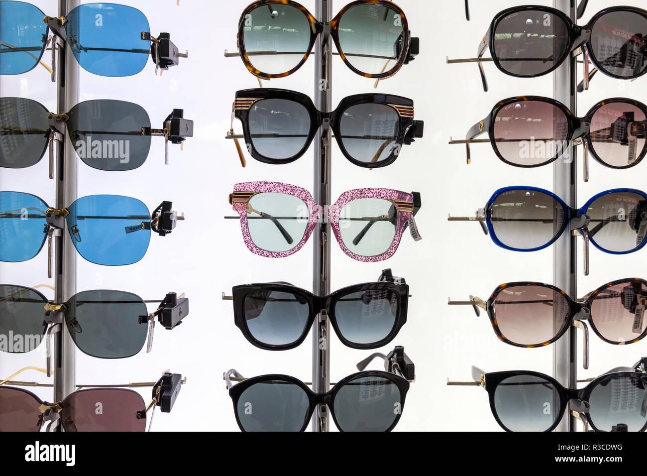 a3de8c495c En Larnaca, Chipre - El 6 de noviembre. 2018. Gafas de sol de marcas famosas  en la tienda libre de impuestos del aeropuerto